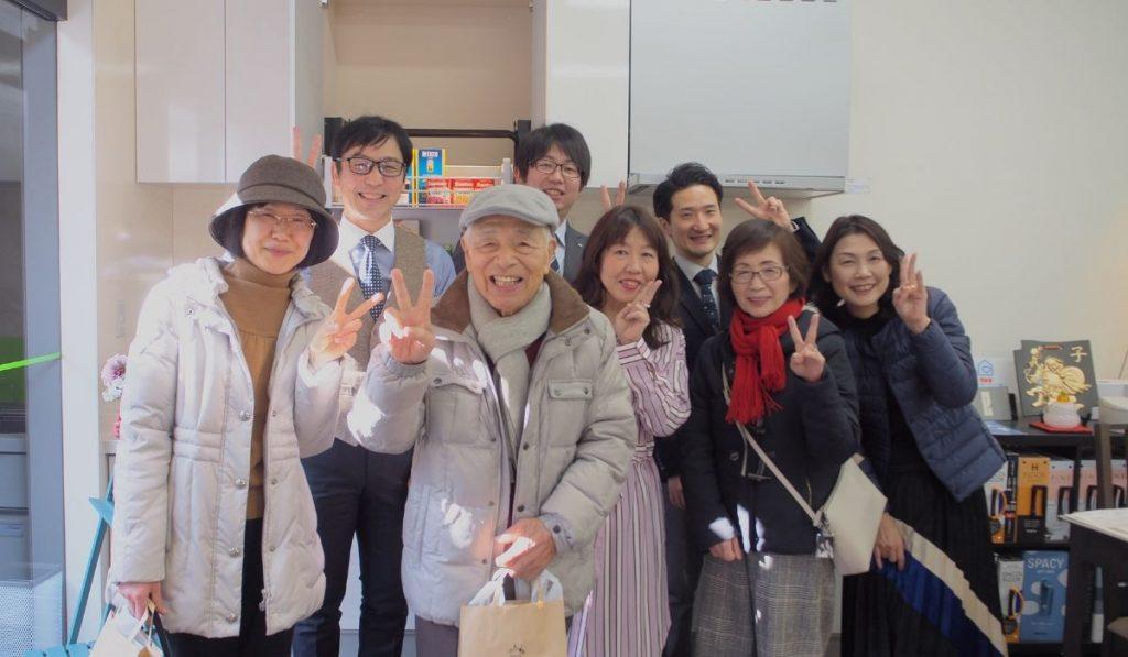 参加者の皆さんとケイズグッドリフォームスタッフ全員の笑顔の写真