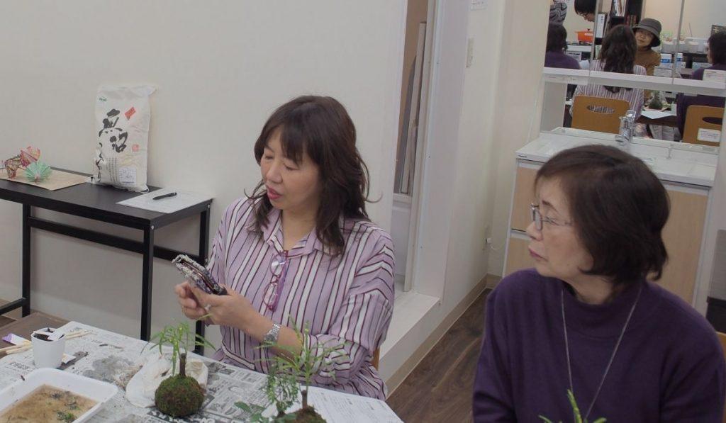 参加者同士が交流している写真