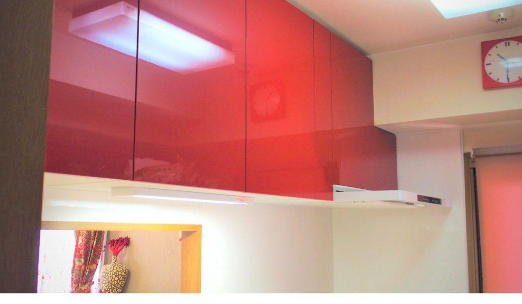 赤い吊戸棚の写真