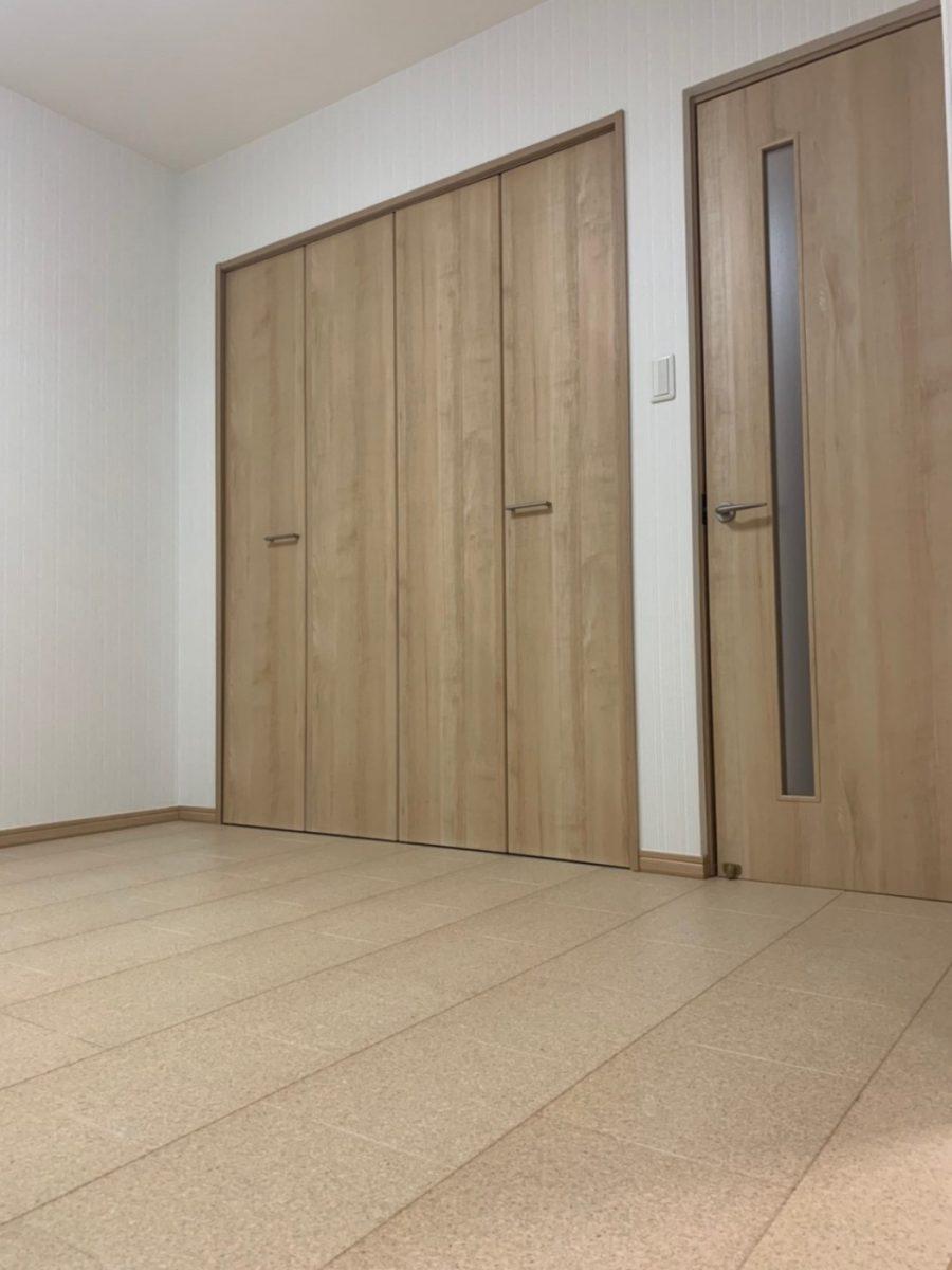 冷たい床と足が一気に解消。保温効果のあるコルク床材で足元が快適に。