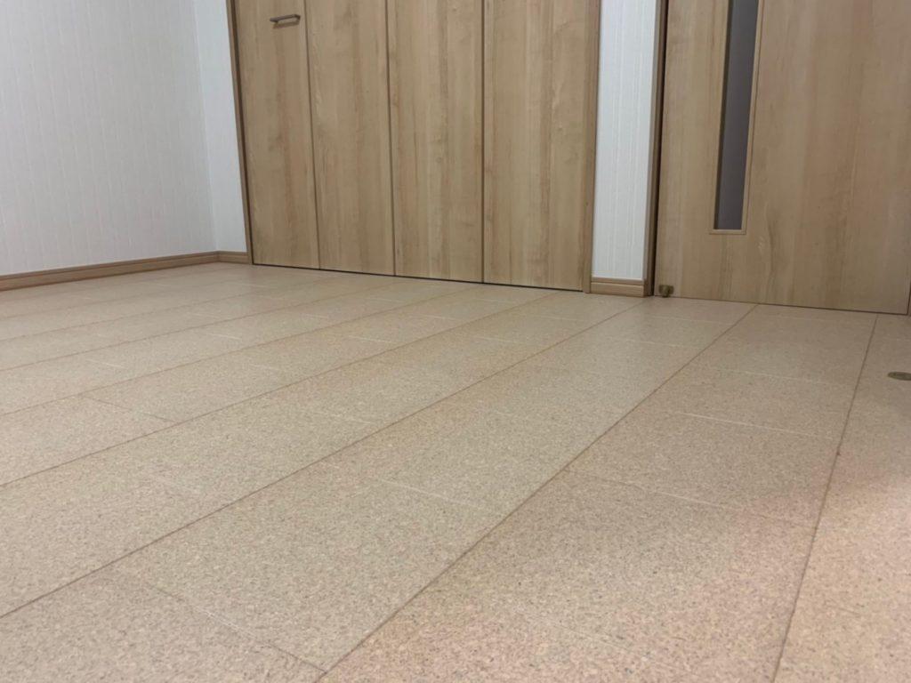 リビングの床材にコルク床材を使用