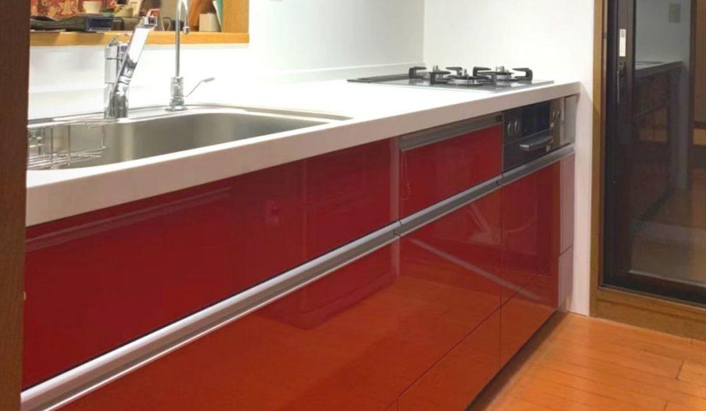 赤いキッチンの写真