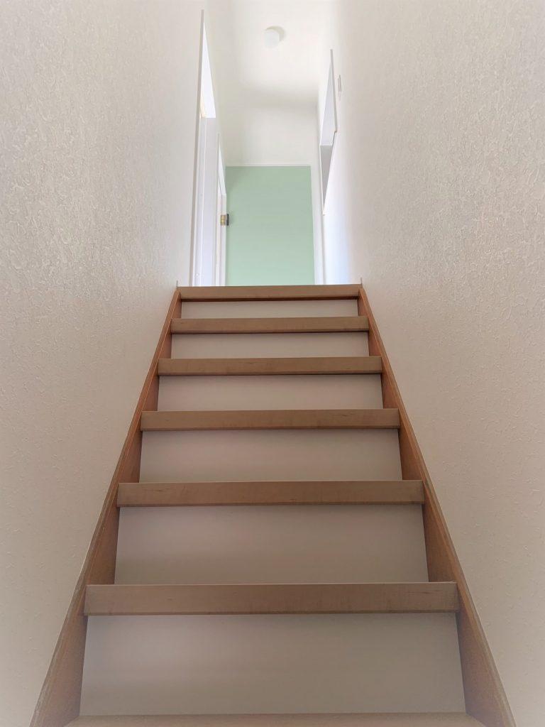 古い階段の上からリフォーム階段を施工します。一段ずつ張り替えます。
