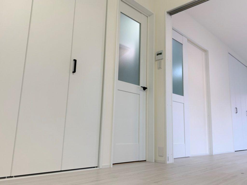 隣接する和室と洋室をオープンフロア(ワンフロア)に壁紙・床材・建具は明るい同系色でまとめることで、お部屋が広く明るくなりました。