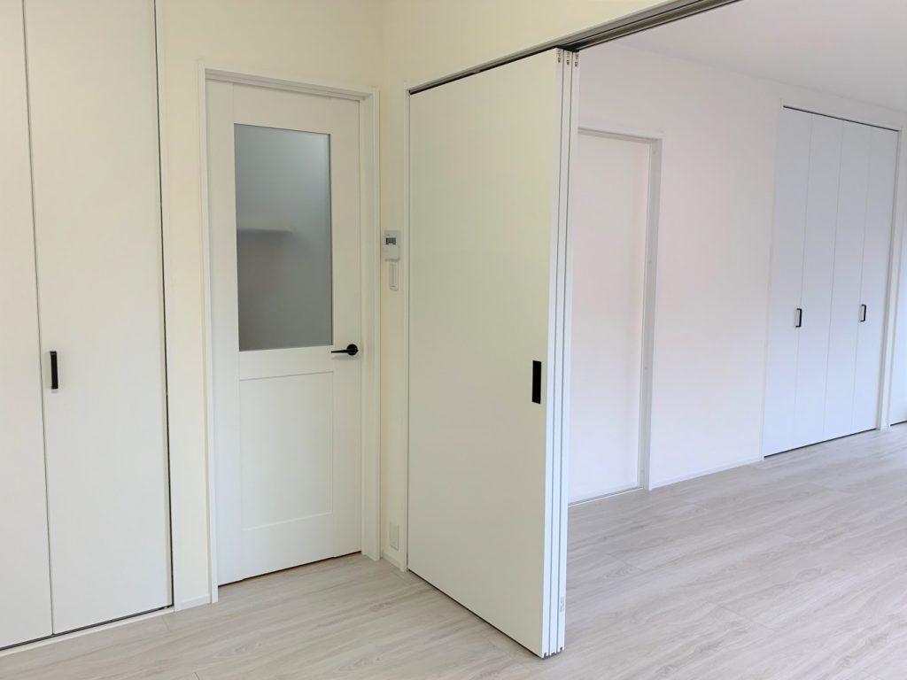 使い勝手に応じて可動式間仕切りで部屋を仕切れます。