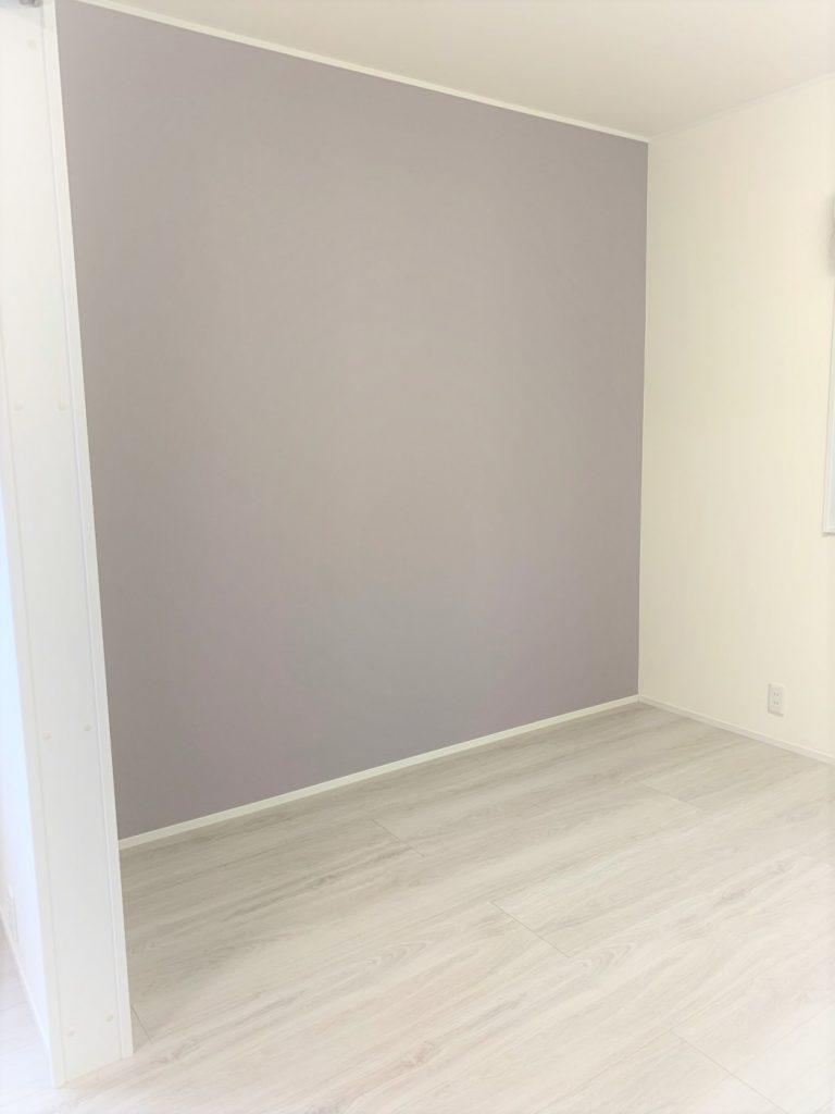 淡いパープルの壁紙を壁の一面に貼り分け、大人っぽくかわいさがあります