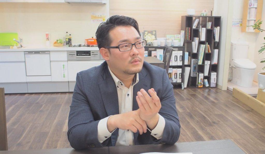 真剣にお話する山田さまの写真