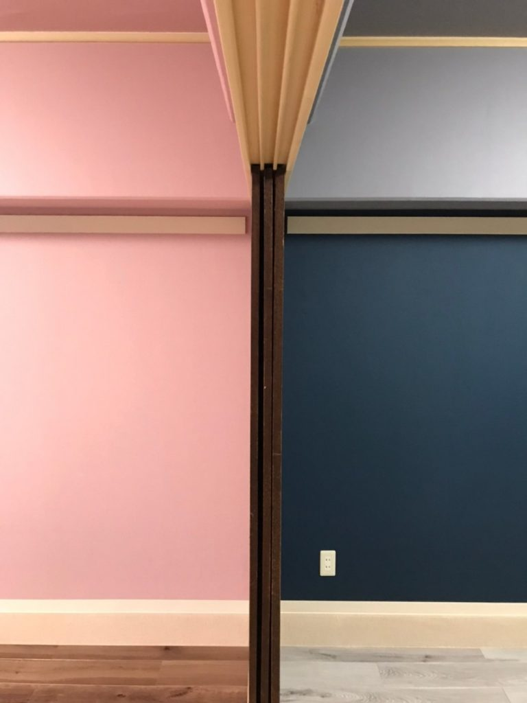 各室の床、壁、天井の色柄を張り分けるアクセント