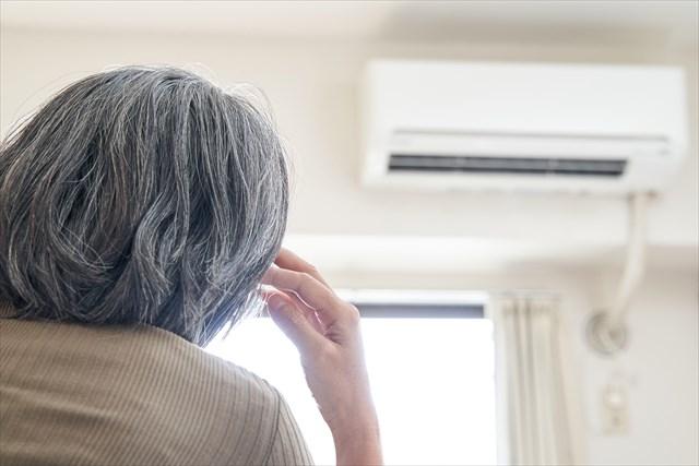 室内で過ごすご高齢の女性_画像