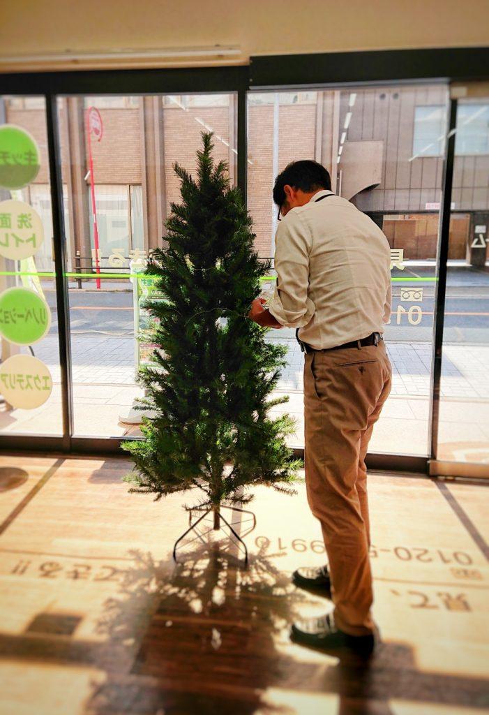 クリスマスツリーをセッティングする社長